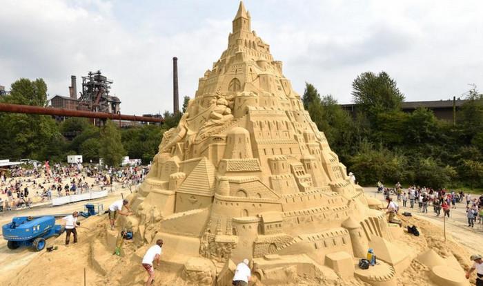 Песчаные скульпторы пытаются построить крупнейший замок в Германии