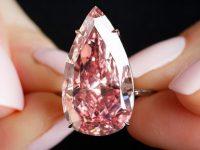 На аукционе Sotheby's продан розовый бриллиант за рекордные 31,6 млн долларов (фото, видео)
