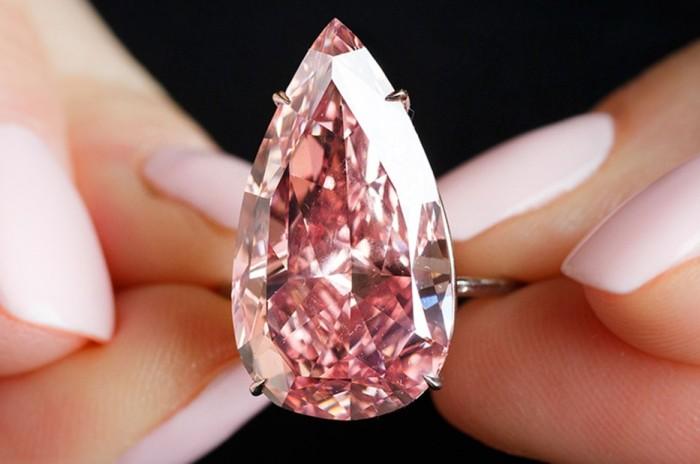 На аукционе Sotheby's продан розовый бриллиант за 31,6 млн долларов (фото, видео)