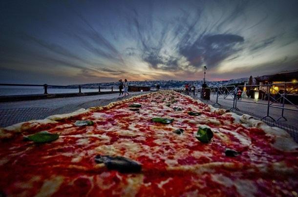 В Неаполе приготовили пиццу длиной 1854 метра (фото, видео)