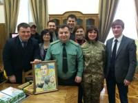Министр обороны Степан Полторак получил на свой День рождения оригинальные подарки: торт и картину с Путиным