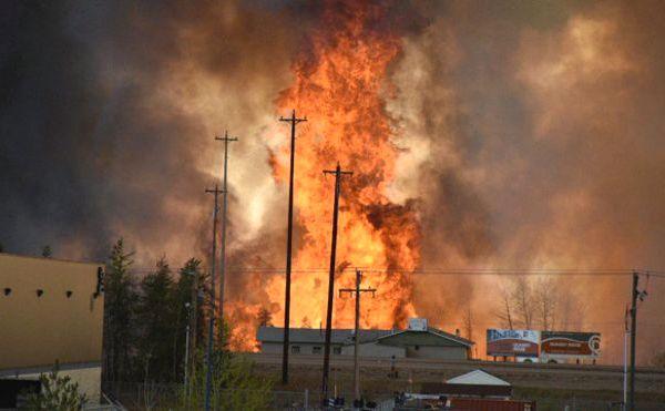 Всех жителей канадского города Альберта эвакуируют из-за пожара (видео)