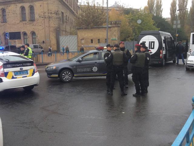 Полиция установила блокпосты на подъездах к Верховной Раде и проверяет все автомобили