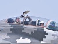 Порошенко полетал на боевом истребителе МиГ-29 и наградил военных летчиков