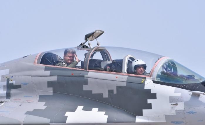 Порошенко полетал на боевом истребителе МиГ-29