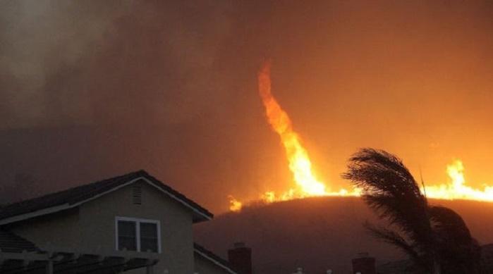 Португальские пожарные показали огненный торнадо