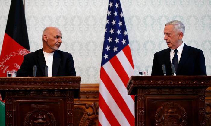 После прибытия в Кабул министра обороны США аэропорт был обстрелян талибами