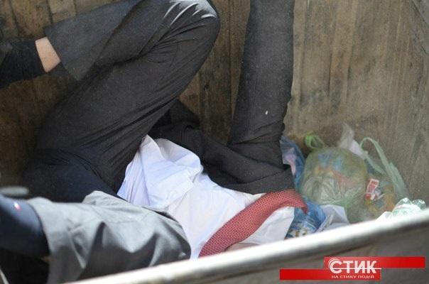 В Ивано-Франковске Правый сектор прокатил с ветерком в мусорном контейнере начальника юстиции (фото, видео)