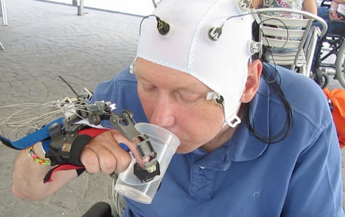 Роботизированная рука поможет парализованным пользоваться столовыми приборами