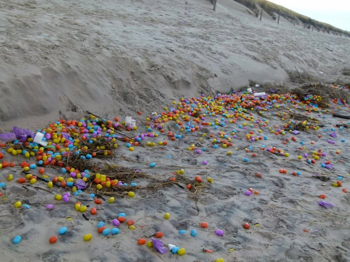 Рождественское чудо: на берег моря в Германии вынесло тысячи яиц-киндер-сюрпризов
