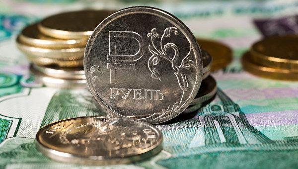 На фоне дешевеющей нефти в России доллар перевалил за 66 рублей, евро - за 76 рублей