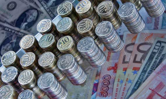 Рубль продолжает обесцениваться по отношению к доллару и евро