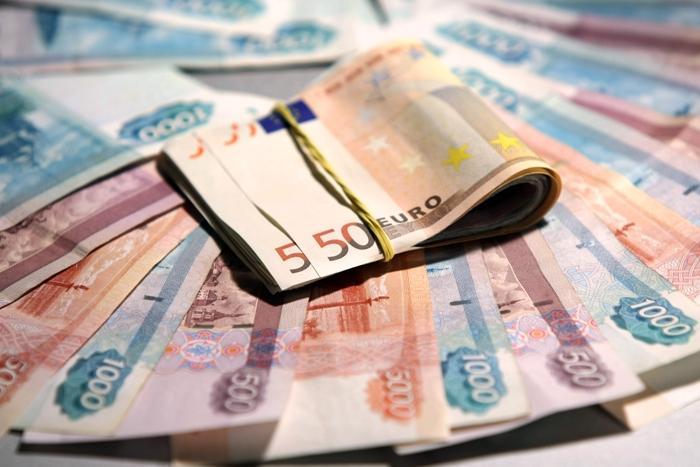 Рекордный обвал рубля на Московской бирже: доллар идет к 76 рублям, евро - к 84