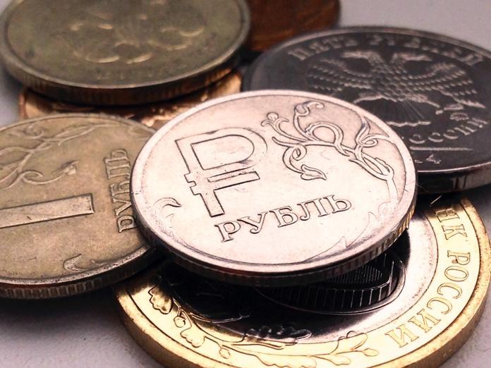 На Московской бирже доллар достиг психологического рубежа в 80 рублей