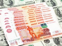На фоне санкций США на Московской бирже доллар перевалил за 61 рубль, евро дошло 67 рублей