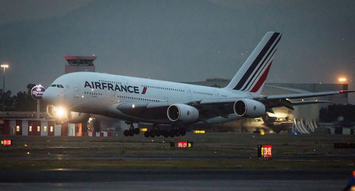 Самолет компании Air France произвел экстренную посадку после разрушения двигателя