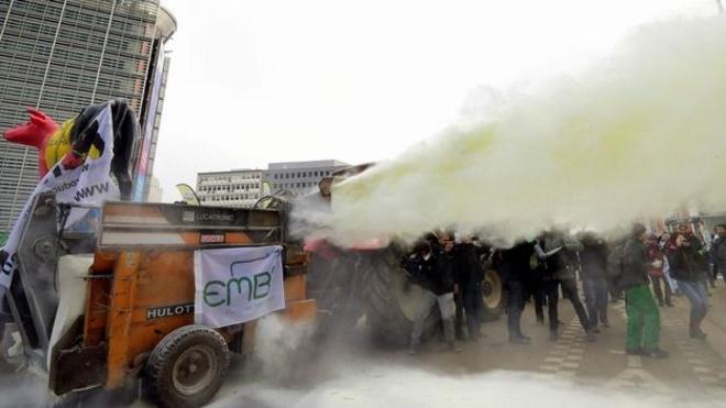 Штаб-квартиру ЕС протестующие фермеры засыпали сухим молоком