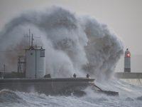 """Шторм """"Eleanor"""" обрушился на Британию со скоростью ветра в 160 км/час"""