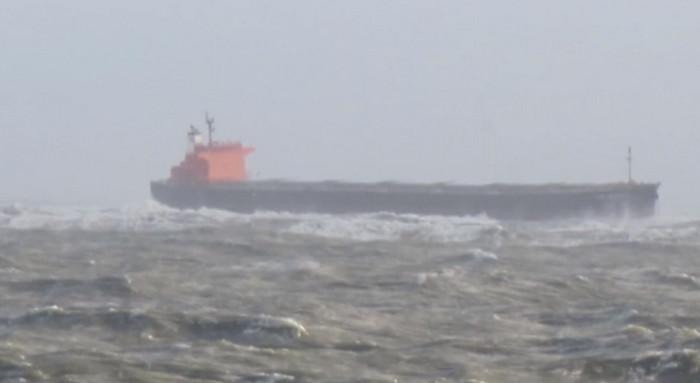"""Шторм """"Херварт"""" выбросил на мель 225-метровый нефтяной танкер в Северном море"""