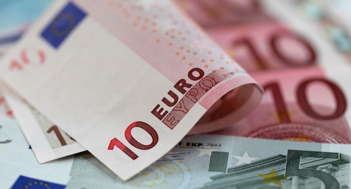 Сильная экономика США бьет по курсу евро валюты