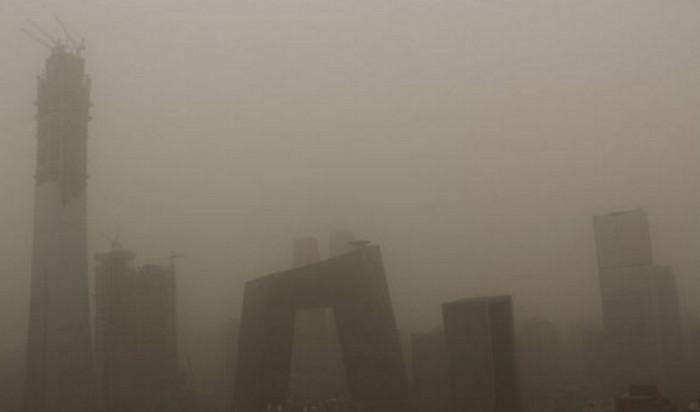 Сильная пылевая буря накрыла Пекин и северные районы Китая