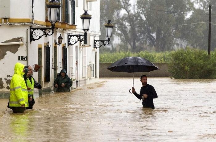 Сильные наводнения в Испании: есть жертвы (фото)