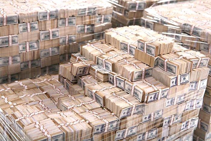 Путин предлагает отказаться от расчетов в долларах