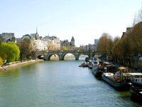 Спасатели Парижа ищут в реке Сена пропавшую женщину-водолаза