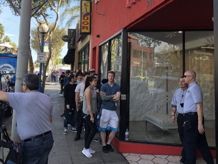 США: в Калифорнии выстроились огромные очереди за марихуаной