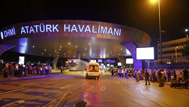Террористы организовали 2 взрыва и перестрелку в аэропорту Стамбула: 10 погибших