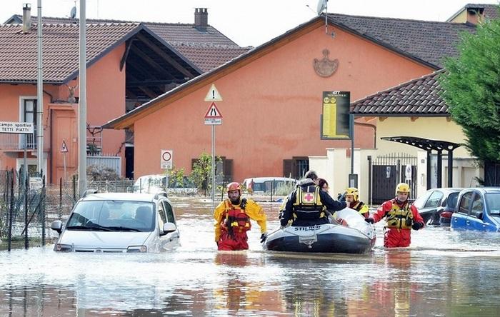 Стихия в Италии: сотни людей борются с наводнением (фото, видео)