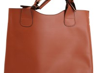 Маленькая сумка через плечо — символ изысканности и элегантности