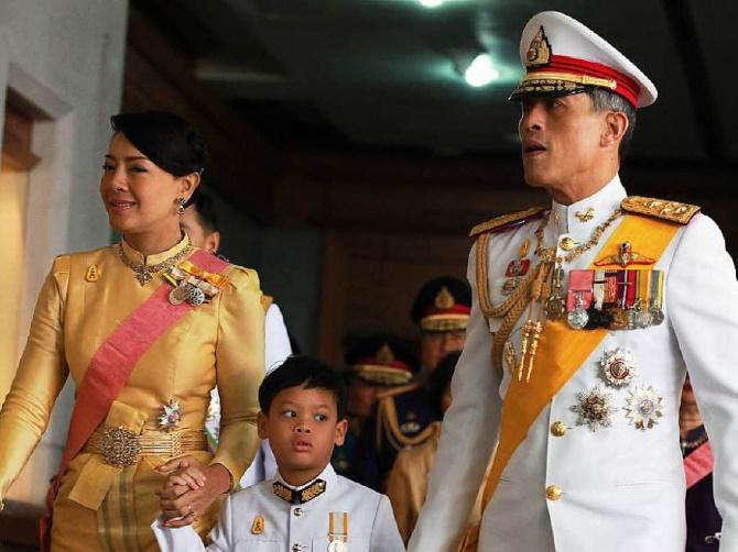 От YouTube и Facebook требуют удалить материалы порочащие короля Таиланда