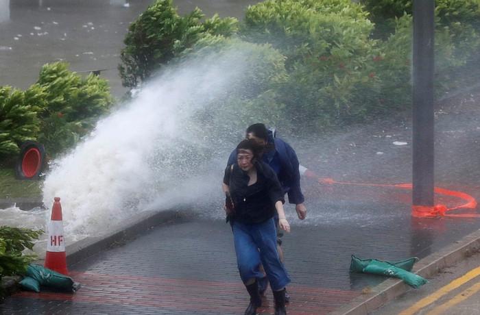 "Тайфун 10 категории ""Hato"" обрушился на Гонконг"