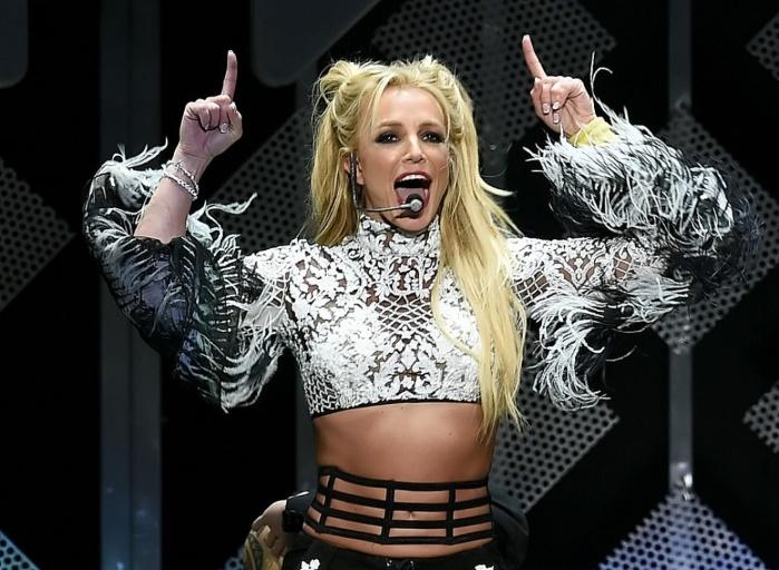 Танцоры спасли Бритни Спирс от агрессивного фаната (видео)