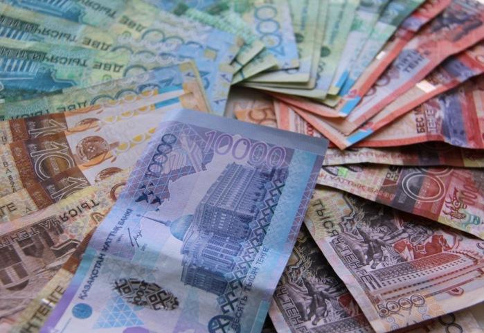 Рекордный обвал казахстанского тенге - психологический рубеж в 300 тенге за доллар близок
