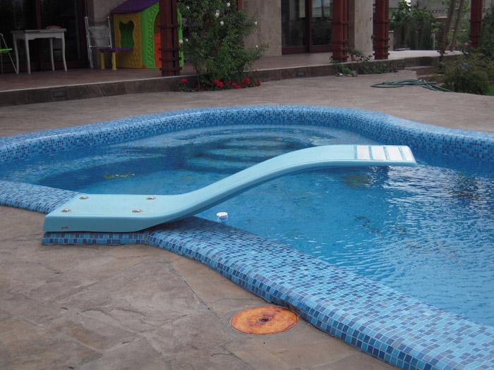 Какие инструменты и оборудование пригодятся для строительства бассейна с трамплином?