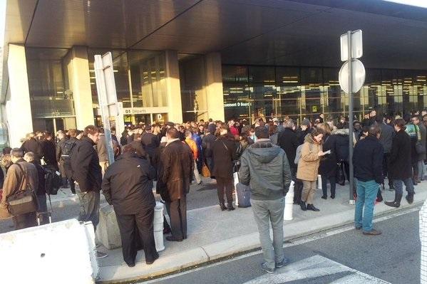 Угроза теракта во Франции: эвакуация пассажиров в аэропорту Тулузы (фото)