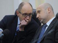 Турчинов в 2014 году давал распоряжение военным применить оружие в Крыму, — Яценюк