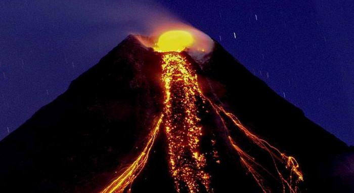 Тысячи людей бегут от проснувшегося вулкана на Филиппинах