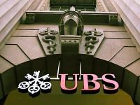 UBS - Logo am Hauptsitz an der Zuercher Bahnhofstrasse am Dienstag, 14. Februar 2006. Die UBS hat ein weiteres Spitzenjahr hinter sich. Im Jahr 2005 erzielte die Grossbank einen Gewinn von 14,029 Milliarden Franken. Damit uebertrifft der groesste private Vermoegensverwalter der Welt das Rekordresultat vom Vorjahr um satte 75 Prozent, wie die Grossbank am Dienstag, 14. Februar 2006, mitteilte. Die UBS duerfte damit den hoechsten Gewinn eines boersenkotierten Privatunternehmens in der Schweizer Wirtschaftsgeschichte eingefahren haben. (KEYSTONE/Walter Bieri) -- The UBS Logo, pictured Tuesday, February 14, 2006 in zurich, Switzerland. Swiss based UBS AG, Europe's largest bank, reported Tuesday, 14 February 2006, a record fourth-quarter profit. For the full year UBS posted a net profit rose of 75 percent to 14.029 billion francs. (KEYSTONE/Walter Bieri)