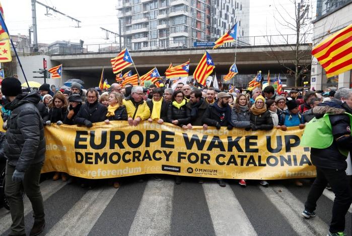 """В Брюсселе прошла массовая манифестация каталонцев """"Европа, пробудись!"""""""
