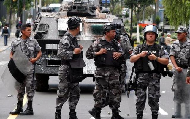 В Эквадоре взорвался заминированный автомобиль, ранено 14 полицейских