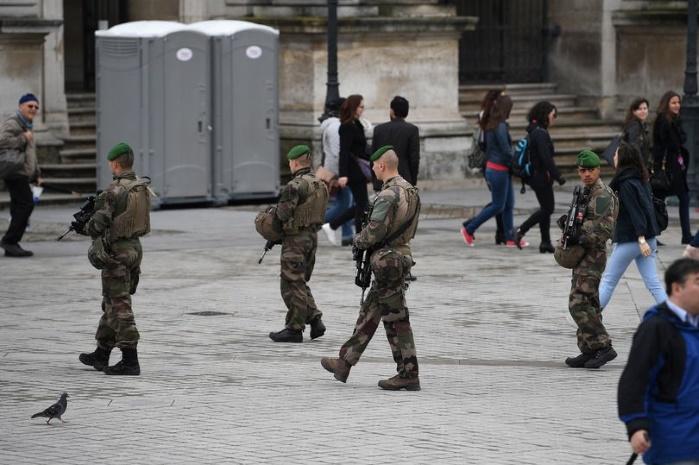 """В группу французских военных въехала машина: власти назвали происшествие """"преднамеренным актом"""""""