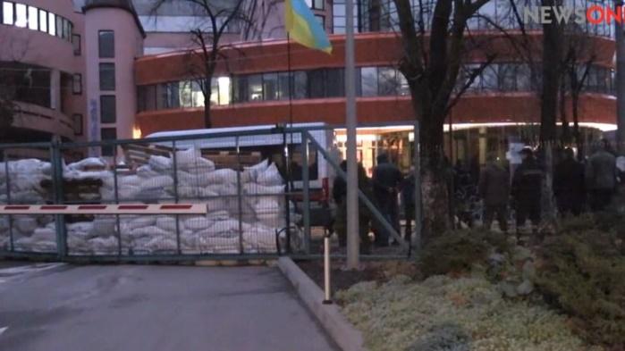 В Киеве люди в балаклавах полностью заблокировали телеканал МураеваNewsOne