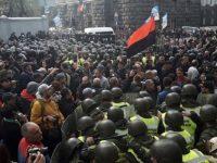 В Киеве начались столкновения митингующих с полицией, есть пострадавшие (прямой эфир)