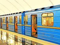 """В киевском метро обнаженный мужчина хотел """"угнать"""" поезд"""