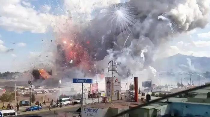 В Мехико взорвался рынок фейерверков: есть погибшие и раненные