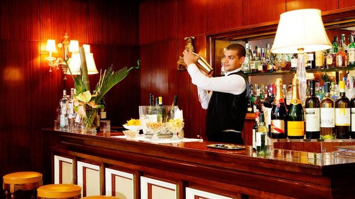 29 июня 2016, fdlx.com / Власти штата Нью-Йорк (США) смягчили закон, запрещающий продавать алкоголь в ресторанах и барах до полудня в воскресенье. Закон был принят в «Сухого закона» 1920-30-х годов. Поправки вступят действие через два месяца. Теперь ресторанах, кафе и барах штата Нью-Йорк будет позволено подавать посетителям алкоголь по воскресеньям с 10 утра. Сообщается, что Ассоциация рестораторов просила власти на смягчении закона, разрешить продавать алкоголь с 8 утра. «Это правильное изменение, так как алкоголь и так продают, теперь это хотя бы будет законно», — сказал один из посетителей ресторана Jacob's Pickles на Манхэттене, стоящий в очереди на бранч. В реальной жизни большинство питейных заведений игнорировали закон и реализовывали алкогольные напитки в любое время. За продажу алкоголя в неположенное время накладывается крупный штраф или даже закрывают заведение.