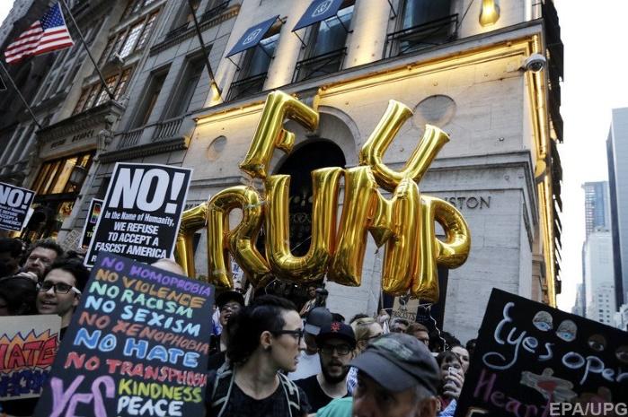В Нью-Йорке митингующие у Trump Tower обвиняют Трампа в расизме